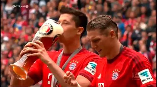 Lewandowski and Schweinstiger - beer celebrations 1