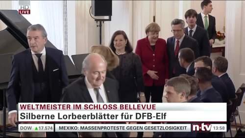 Silbernes Lorbeerblatt Präsentation – Joachim Löw 3