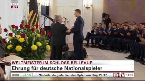 Silbernes Lorbeerblatt Präsentation – Manuel Neuer 1