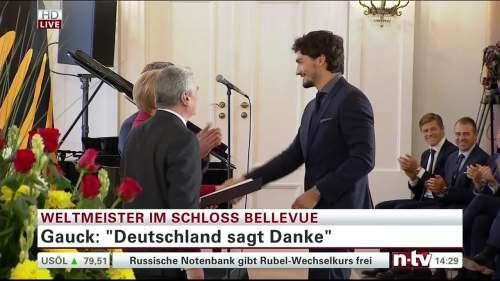 Silbernes Lorbeerblatt Präsentation – Mats Hummels 1