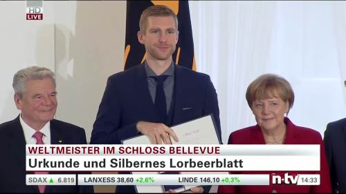 Silbernes Lorbeerblatt Präsentation - Per Mertesacker 3