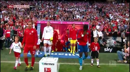 Bayern v HSV - teams walking out