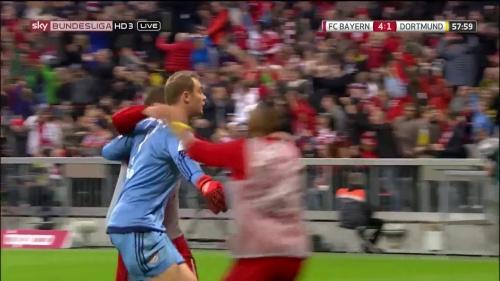 Manuel Neuer celebrates Lewandowski's goa 2