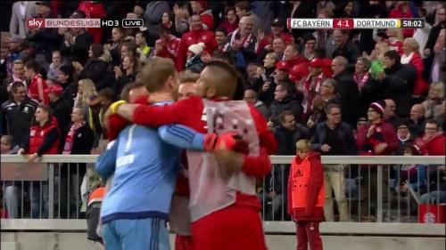Manuel Neuer celebrates Lewandowski's goa 4