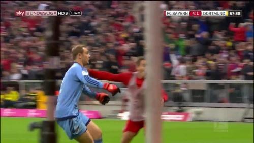Manuel Neuer celebrates Lewandowski's goal 1