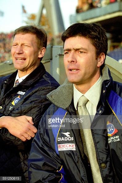 Aus 2.BL Saison 1999/2000 Hannover 96 (Rot) gegen den Karsruher SC (KSC) 1:1 am 31.10.1999. Im Foto: KSC Trainer Joachim Löw re. und Sportdirektor Guido Buchwald