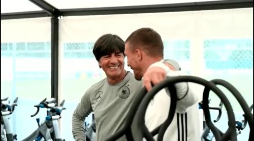 Joachim Löw & Lukas Podolski - Regeneration nach dem Slowakei Spiel 1