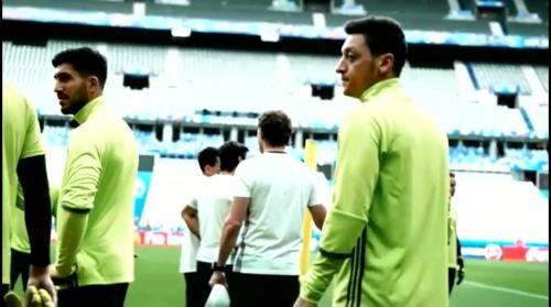 Mesut Özil - PK und Abschlusstraining in Paris