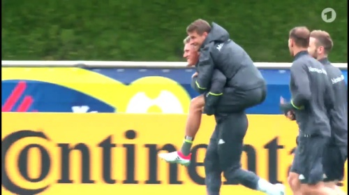 Thomas Müller & Bastian Schweinsteiger – ARD video 15-06-16 1