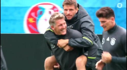 Thomas Müller & Bastian Schweinsteiger – ARD video 15-06-16 2