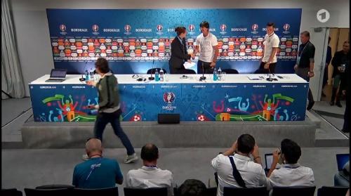 Joachim Löw & Mesut Özil – PK 01-07-16 1