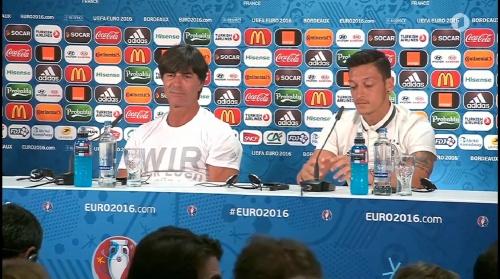 Joachim Löw & Mesut Özil – PK 01-07-16 8